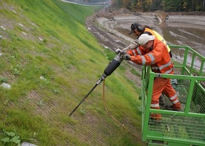 A1 Piekary Maciejow - Driving Platipus S6 earth anchors into slope